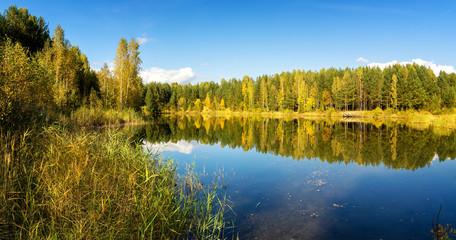 осенний пейзаж на озере с березовым лесом на берегу, Россия, Урал, сентябрь