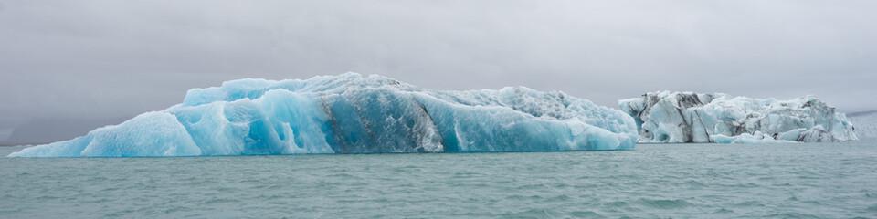 Printed kitchen splashbacks Glaciers Eisberge zum Greifen nah: mit dem Zodiac in der Gletscherlagune Jökulsárlón - Vatnajökull-Nationalpark, Island