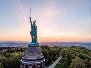 Fotorollo Aubergine lila Hermannsdenkmal bei Sonnenaufgang, Luftaufnahme, Detmold, Deutschland