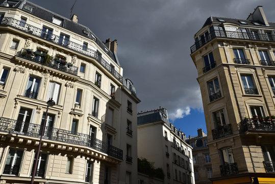 Immeubles parisiens et ciel orageux