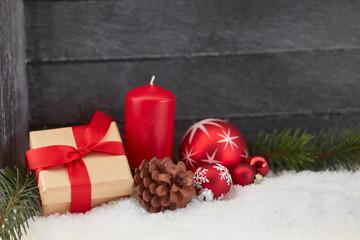 Geschenk und Kerze als Weihnachten Hintergrund