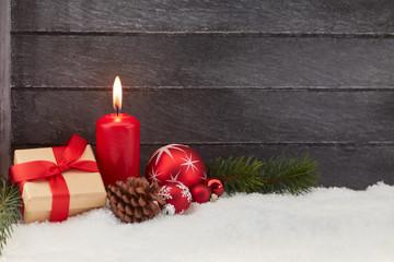 Erster Advent vor Weihnachten mit roter Kerze