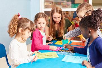 Gruppe Kinder malt mit Wasserfarbe
