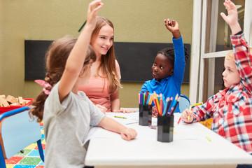 Aktive Kinder lernen im kreativen Zeichenkurs
