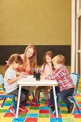 Gruppe Kinder und Erzieher malen zusammen
