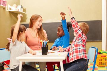 Kinder und Lehrerin im Kunstunterricht