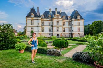 Femme dans les jardins du Château de Cormatin en Bourgogne
