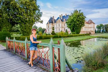 Femme devant le Château de Cormatin en Bourgogne