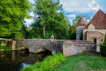 Femme sur le pont à l'entrée du Château de Cormatin en Bourgogne