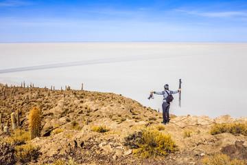 Homme silhouette photographe voyageur Incahuas cactus dans la nature  dans le désert de Sel de Bolivie Uyuni Amérique du sud