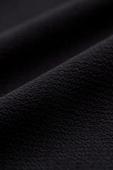 黒い縮緬素材のクローズアップ