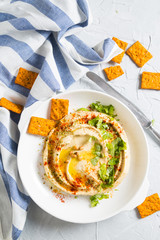Classic hummus with crispy crackers