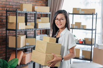 woman online seller in her office