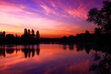 Papiers peints Grenat Levé de soleil rose sur le lac