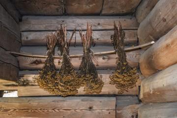 Obraz suszone ziola w chacie drewnianej - fototapety do salonu