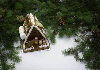 Lebkuchenhaus mit Tannenzweigen