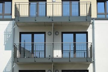 Metall-Balkone am Dachgeschoss eines modernen Wohnhauses