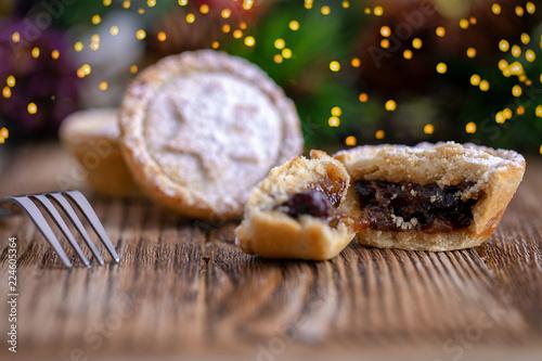 Traditionelles Weihnachtsgebäck.Frisch Gebackene Englische Mince Pies Für Die Adventszeit