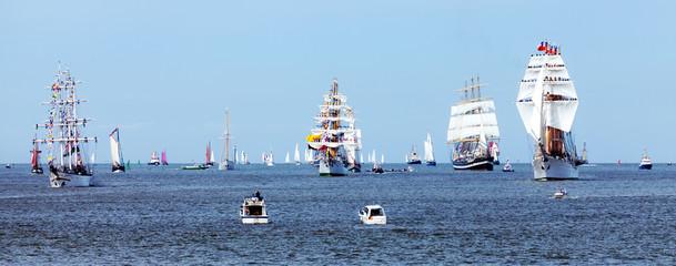 Einlaufparade der Großsegler und Segelschiffe zur Sail in Bremerhaven an der Nordseeküste, Großveranstaltung in Norddeutschland