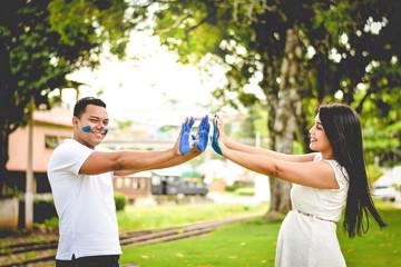 Casal feliz comemorando