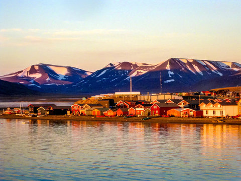 Midnight sun on the Longyearbyen waterfront in Svalbard in the Norwegian arctic