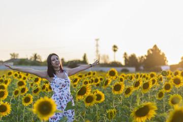 Mujer joven en campo de girasoles