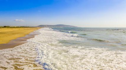 Vue aérienne d'une plage de Méditerranée en Occitanie, France