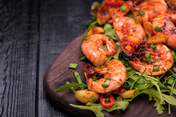 Zelfklevend Fotobehang Schaaldieren Fried Prawns with pepper, garlic and lemon. Mediterranean cuisine. Asian cuisine.