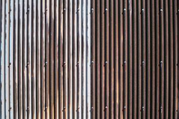 mur en tôle ondulé rouillé serti de vis arrière plan texture