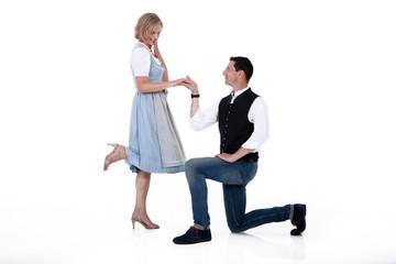 Mann macht Frau einen Heiratsantrag im knien