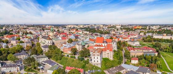 Lublin z lotu ptaka, panorama starego miasta. Krajobraz turystycznej części Lublina widok od Katedry po zamek Lubelski.