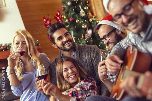 Fotos Cena Navidad Frinsa.Friends Singing Christmas Songs And Drinking Wine Stock