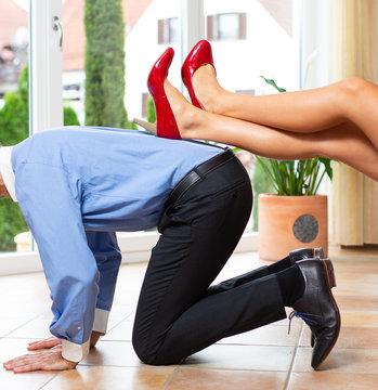 Dominante Frau unterdrückt Mann
