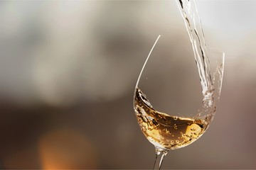 In de dag Wijn White wine splash isolated on background