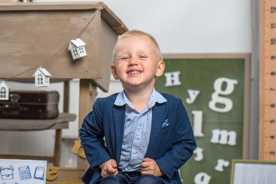 Ребенок весело смеются на фоне школьной доски