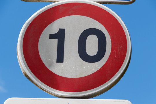 Panneau limitation vitesse 10 km/h