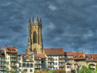 Cathédrale St-Nicolas de Fribourg sous un ciel nuageux, Suisse