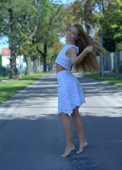 Junge Frau im weißen Sommer Zweiteiler