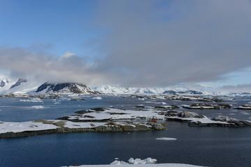 Papiers peints Antarctique Antarctic landscape with mountains and islands