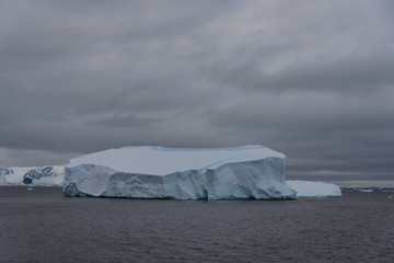 Papiers peints Antarctique Antarctic landscape with iceberg