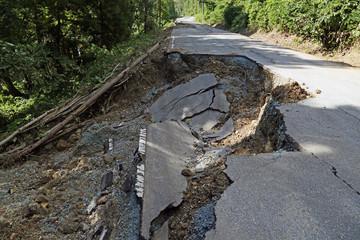 土砂崩れによる道路崩落