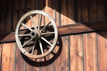 Altes Wagenrad am Giebel eines Schuppens