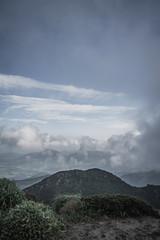 霞がかる九重の山