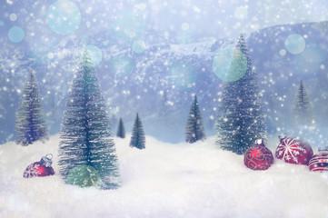 wínterlicher Landschaft mit Weihnachtsdekoration und Schnee Bokeh