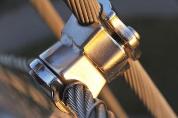 Geschraubte Edelstahl-Klemmverbindungen zwischen Stahlseilen zum Beispiel an einem frei tragenden Aussichtsturm (Stuttgart, Killesberg, Deutschland)