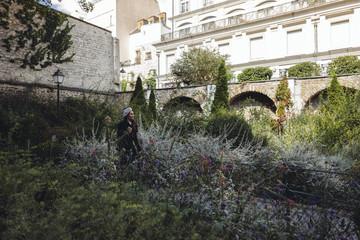 Femme marchant dans le rue de Paris, Montmartre, France