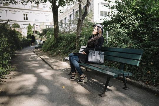 Femme assise dans un square de Paris, Montmartre, France