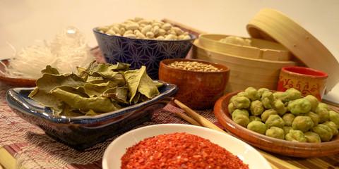 Traditionelle asiatische Kochzutaten in Schüsseln