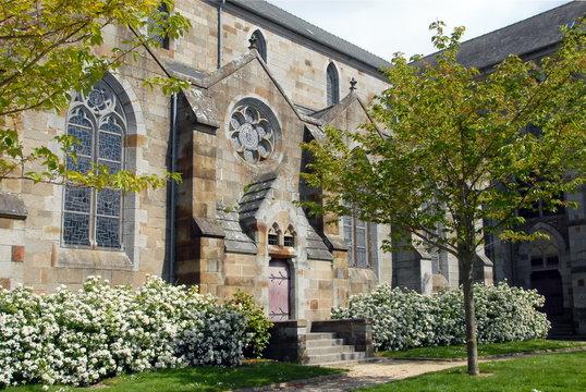 Ville de Combourg, jardin fleuri et arbres de l'église Notre-Dame de Combourg, département d'Ille-et-Vilaine, Bretagne, France
