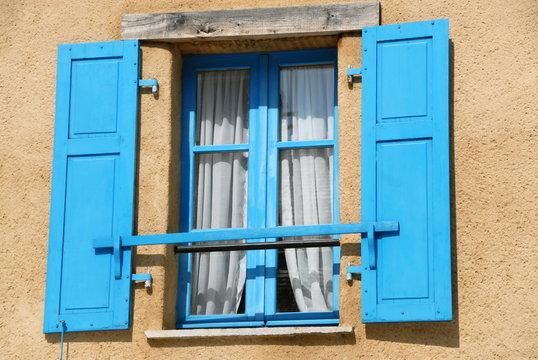 Ville de Combourg, façade de maison, fenêtre et volets bleus ouverts, département d'Ille-et-Vilaine, Bretagne, France